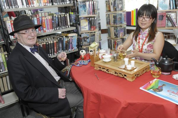 Leigh Journal: Wei Nan teaches Ian Bridge how to make tea