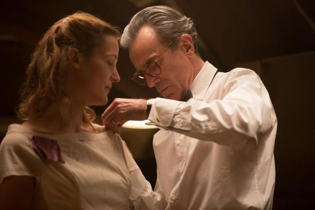 Daniel Day-Lewis as Reynolds Woodcock and Vicky Krieps as Alma